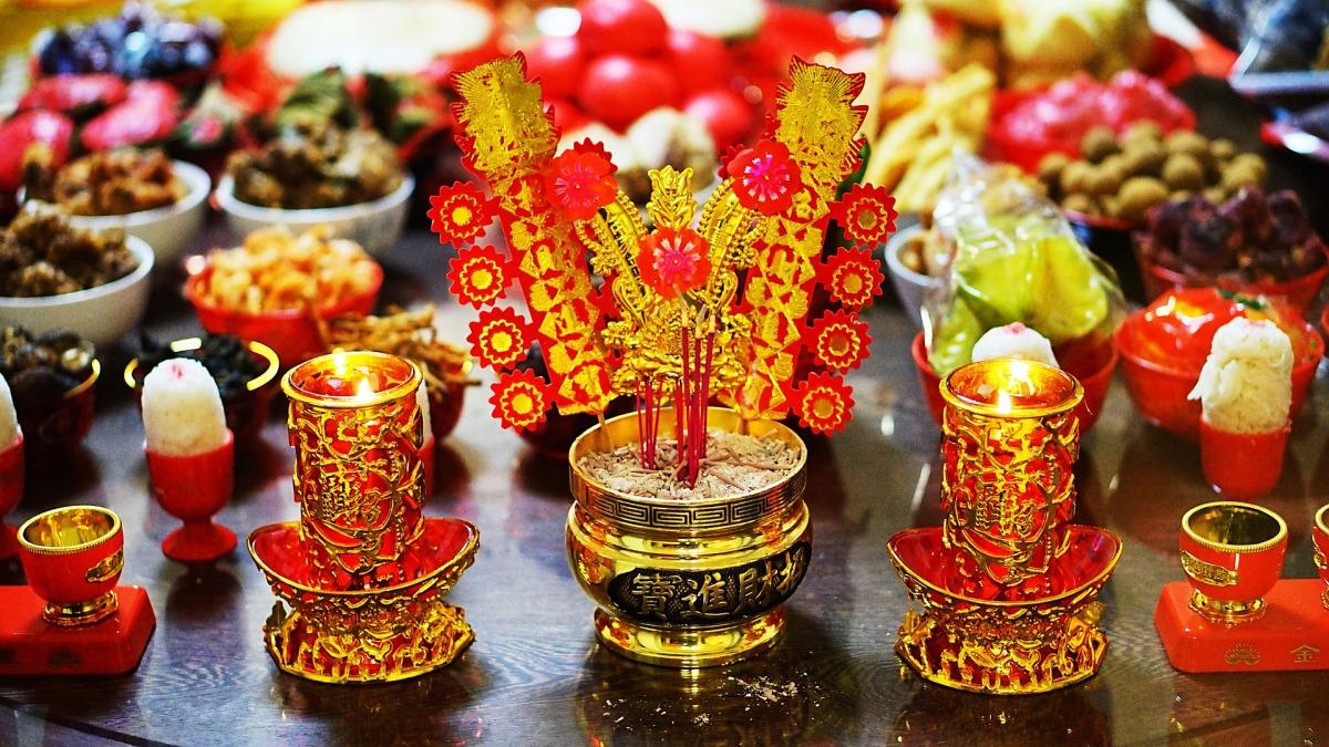 Chinese New Year Worship Red Custom