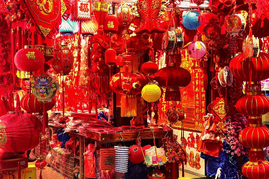 Ornaments and hanging decorations sold at a shop in Shanghai, China. (燈籠, 喜慶, 過節, 上海, 對聯, 紅火, 過年, 地攤, 春節)