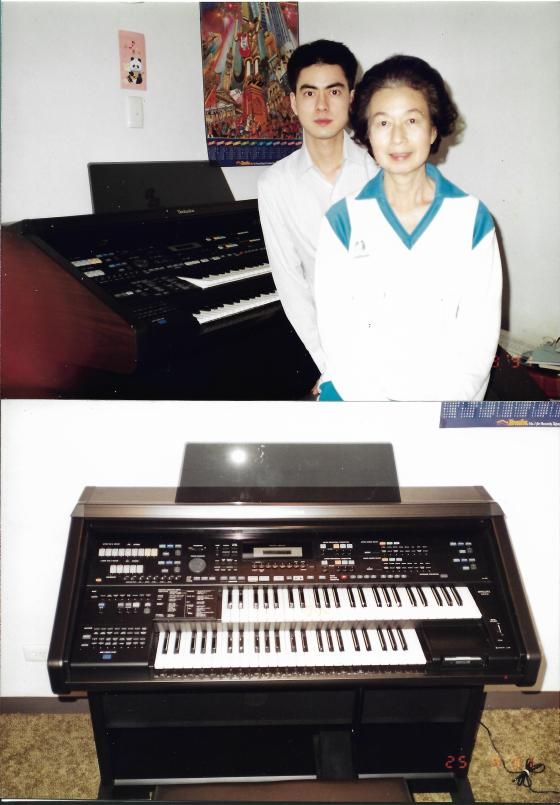 Khai & Khim with the Electronic Organ (25 Sep 1991)