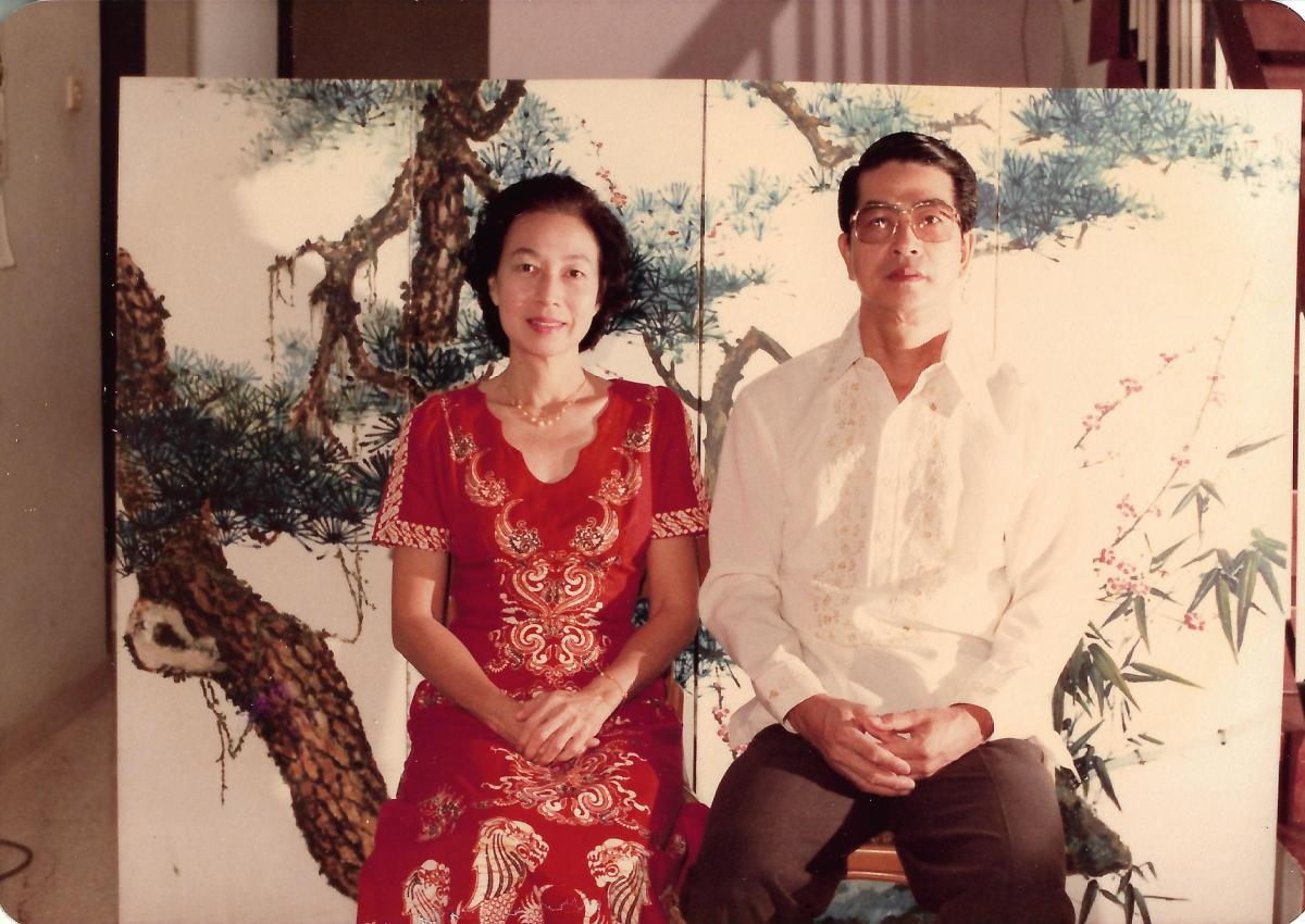 Khim and Her Husband Sitting in Front of the Painted Folding Screen (畫屏) at Home (Jan 1984)